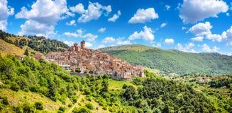 Idyllisk apenninebergby Castel del Monte, L'Aquila, Abruzzo, Italien Royaltyfria Foton