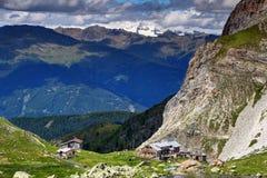 Idyllisk bergkoja i Carnic fjällängar nedanför det Grossglockner maximumet arkivfoton