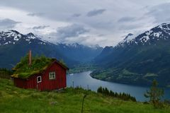 Idyllisk bergskedja med en ren fjordsjö, i Norge Arkivbild