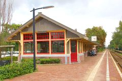 Idyllisk järnvägsstation i byn Den Dolder, Nederländerna Fotografering för Bildbyråer