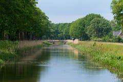 Idyllisk kanal i Nederländerna Arkivfoton