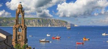 Idyllisk kust- landskapswanage, historiskt kyrkligt torn och cli arkivbilder