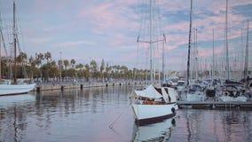 Idyllisk landskapsikt på marinaport arkivfilmer