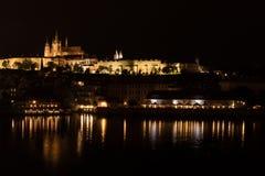 Idyllisk nattsikt av den Prague slotten över den Vltava floden, Tjeckien fotografering för bildbyråer