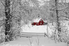 idyllisk röd svensk för hus Arkivbild