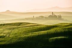Idyllisk sikt av bergig jordbruksmark i Tuscany Arkivfoto