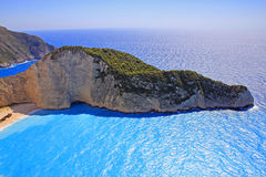 Idyllisk sikt av den härliga Navagio stranden på den Zakynthos ön Arkivfoton