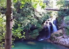 Idyllisk sikt som Sum vattenfallet i den Vintgar klyftan, Triglav nationalpark som blödas nära arkivbilder