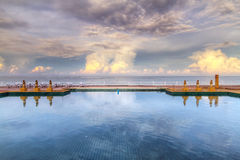 Idyllisk sky reflekterad i bevattna Royaltyfri Fotografi
