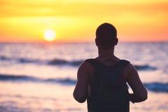 Idyllisk solnedgång på stranden arkivbilder