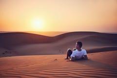 Idyllisk soluppgång i öken arkivfoton