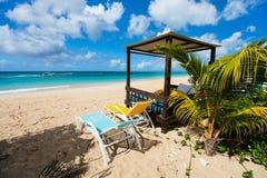 Idyllisk strand på karibiskt Arkivbild