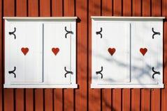 Idyllisk yttersida för hjärtafönsterladugård Arkivbilder