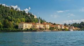 Idylliska Bellagio som ses från sjön Como i eftermiddagsolljuset arkivbilder