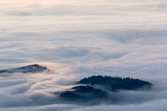 Idylliskt berglandskap av en dimmiga morgon-HDR Fotografering för Bildbyråer