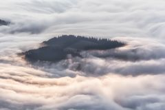 Idylliskt berglandskap av en dimmiga morgon-HDR Royaltyfria Foton