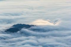 Idylliskt berglandskap av en dimmiga morgon-HDR Arkivbilder