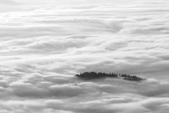 Idylliskt berglandskap av en dimmiga morgon-HDR Arkivbild
