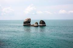 Idylliskt blått hav och klar himmel och grupp av fristående liten ro royaltyfria foton