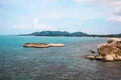 Idylliskt blått hav och kustlinje Taget i Koh Samui, Thailand royaltyfri bild