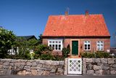 Idylliskt familjhus på Bornholm Royaltyfri Bild