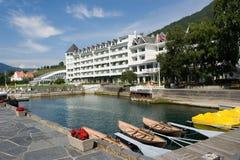 idylliskt fjordhotell royaltyfri fotografi