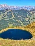 Idylliskt höstlandskap med sjön i moutainsfjällängarna royaltyfria foton