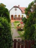 Idylliskt hus i den ungerska vinbyn Etyek arkivbild