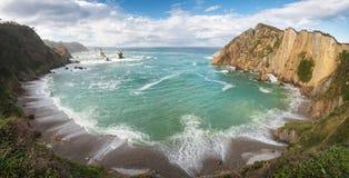 Idylliskt kustlinjepanoramalandskap i det Cantabric havet, Playa del silencio, tystnadstrand Asturias, Spanien royaltyfri bild