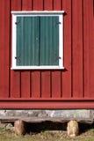 Idylliskt ladugårdväggfönster och bänk Royaltyfri Foto