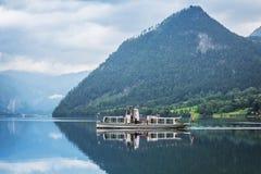 Idylliskt landskap av Grundlsee sjön i fjällängberg Arkivfoto