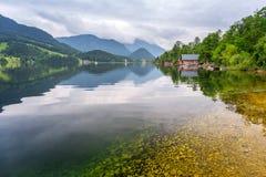 Idylliskt landskap av Grundlsee sjön i fjällängberg Fotografering för Bildbyråer