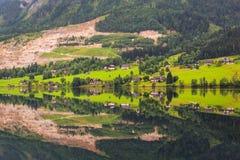 Idylliskt landskap av Grundlsee sjön i fjällängberg Arkivbilder