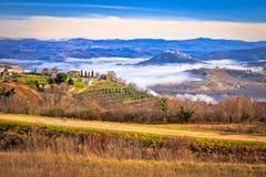 Idylliskt landskap av inlands- Istria i dimmasikt Arkivbilder