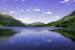 Idylliskt landskap av sjöområdesnationalparken, Cumbria, UK arkivbilder