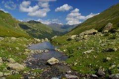 Idylliskt landskap på norr Kaukasus med floden Royaltyfria Foton