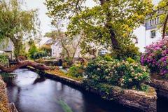 Idylliskt landskap på Pont-Aven, en kommun i den Finistere departmen royaltyfri fotografi