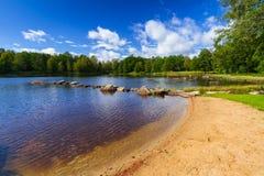 Idylliskt sjölandskap i Sverige royaltyfri fotografi