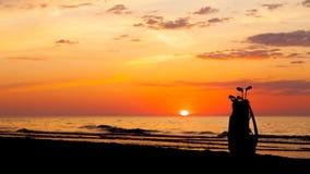 Idylliskt skott av solnedgången och golfklubbar Royaltyfri Foto