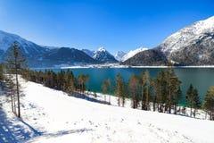 Idylliskt snölandskap med bergsjön, Achenlake, Achensee, Österrike royaltyfria bilder