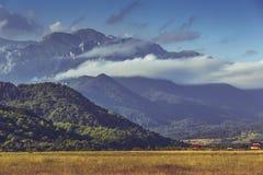 Idylliskt soligt berglandskap Royaltyfria Foton