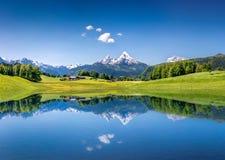 Idylliskt sommarlandskap med bergsjön i fjällängarna arkivfoton