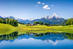 Idylliskt sommarlandskap med den klara bergsjön i fjällängarna