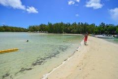 Idylliskt tropiskt havs- och turkosvatten Royaltyfria Bilder