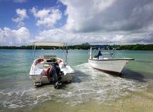 Idylliskt tropiskt havs- och turkosvatten Royaltyfri Bild