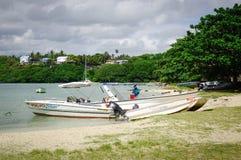 Idylliskt tropiskt havs- och turkosvatten Arkivbild