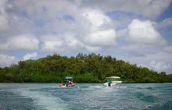 Idylliskt tropiskt havs- och turkosvatten Royaltyfri Fotografi