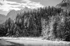 Idylliskt vinterlandskap vid floden Pisnica i Julian Alps i svartvitt, Kranjska Gora, Slovenien Arkivfoton