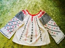 IE roumain traditionnel de chemisier - fabriqué à la main et main cousue photo stock
