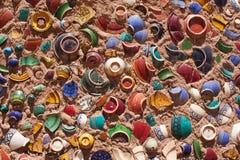 Ieces delle navi rotte dell'argilla sticked ad una parete Fotografie Stock Libere da Diritti